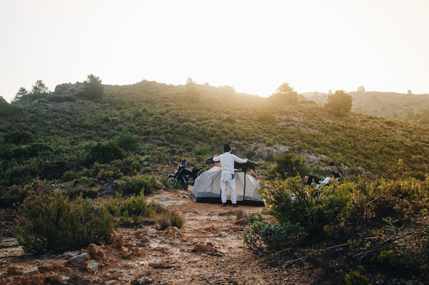 Motocycliste d'aventure en camping sauvage