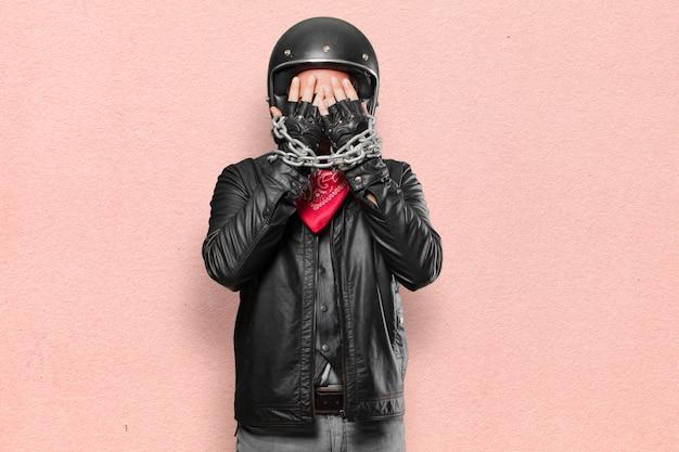 Motocycliste avec une chaîne en acier