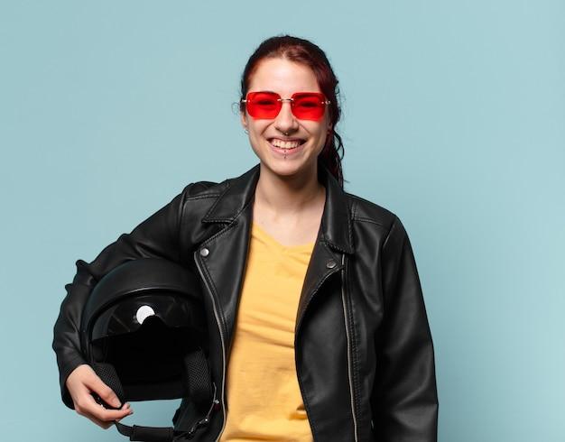 Motocycliste femme tty avec un casque de sécurité