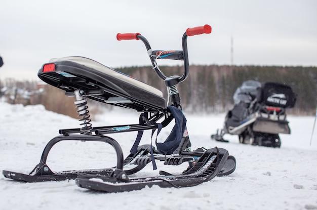 Une motoneige pour enfants est prête pour les enfants à rouler dans la neige