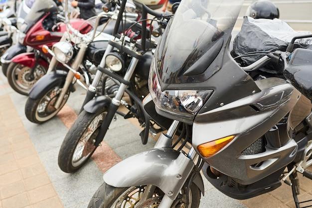 Motos d'affilée sur la place de la ville