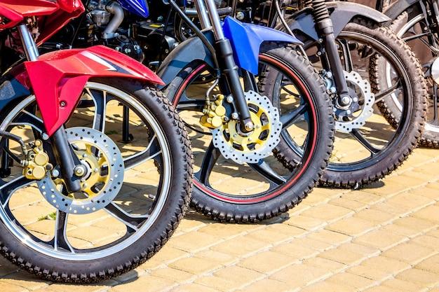 Motos au départ d'un événement sportif_