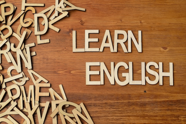 Les mots apprennent l'anglais avec des lettres en bois sur la table