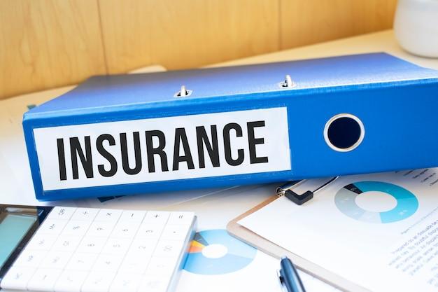 Mots d'assurance sur les étiquettes avec des reliures de documents