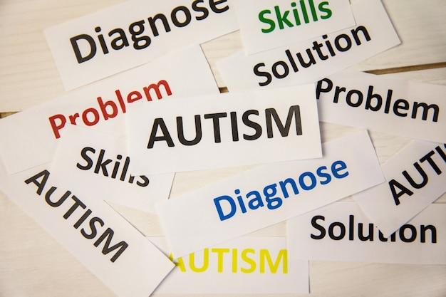 Mots d'autisme sur la table en bois