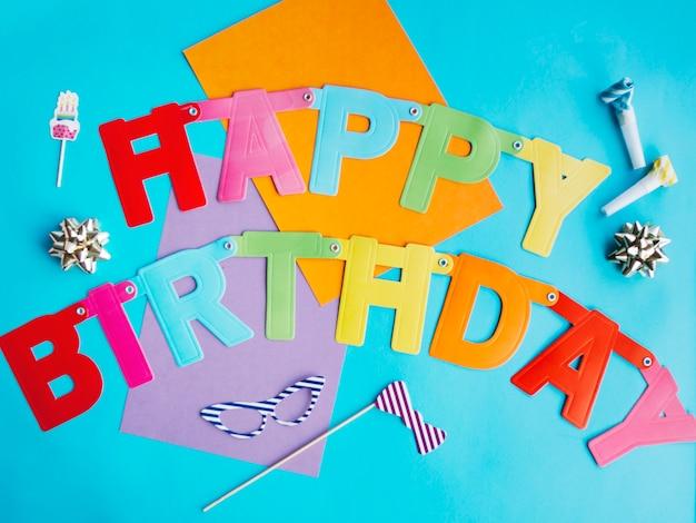 Mots colorés de joyeux anniversaire papier