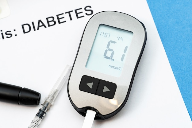 Mots diabète, diagnostic avec seringue, pilules et stéthoscope.