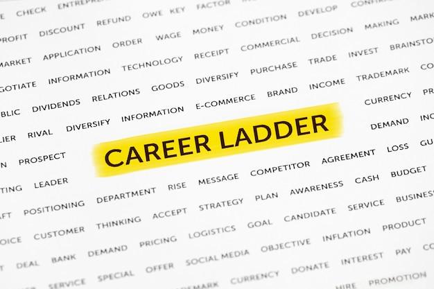 Les mots «échelle de carrière» sont mis en évidence avec un marqueur sur papier