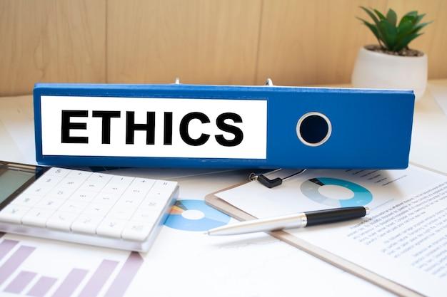 Mots d'éthique sur des étiquettes avec des reliures de documents