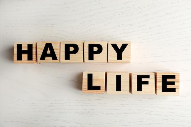 Mots happy life sur une surface claire