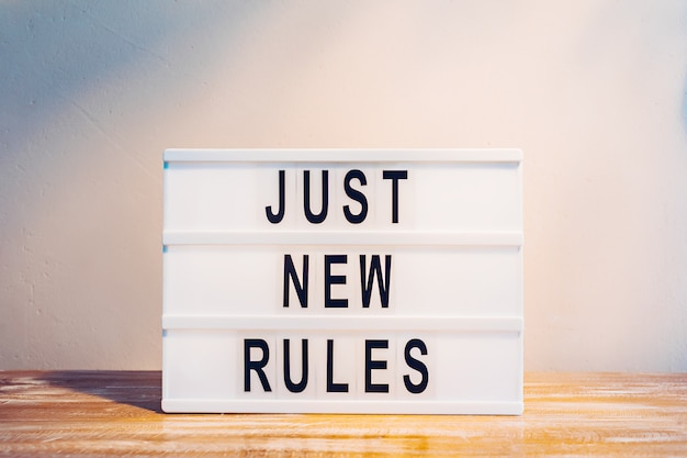 Les mots just new rules sur la lightbox. nouveaux départs, nouvelle vie ou nouveau concept d'entreprise