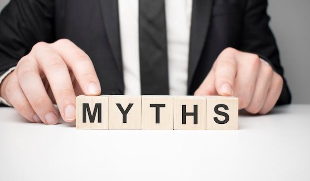 Mots mythes. petits cubes en bois avec des lettres isolés sur fond blanc avec copie espace disponible. image de concept d'entreprise.