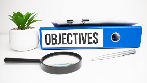 Mots objectifs sur les étiquettes avec reliures de documents
