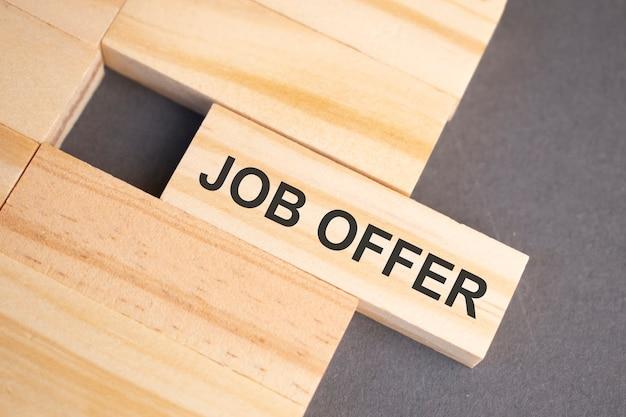 Mots d'offre d'emploi sur des blocs de bois sur fond jaune. concept d'éthique des affaires.