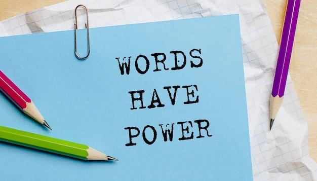 Les mots ont du pouvoir texte écrit sur un papier avec des crayons au bureau