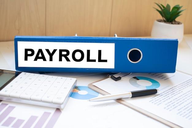 Mots de paie sur des étiquettes avec des classeurs de documents