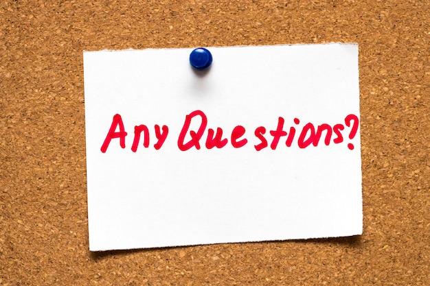 Les mots «des questions?» panneau de liège concept