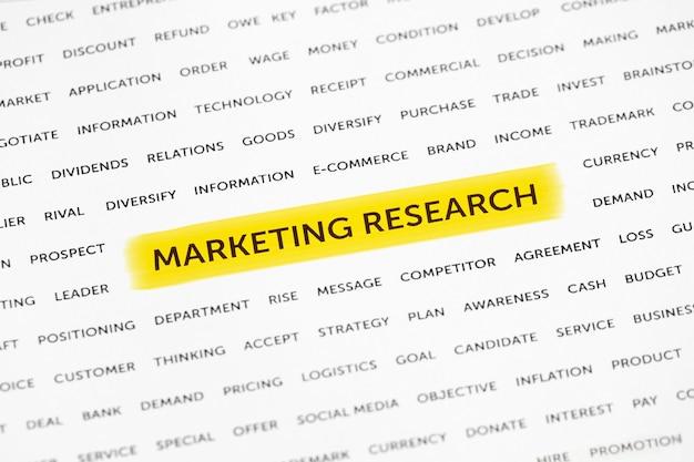 Les mots «recherche marketing» sont mis en évidence avec un marqueur sur papier. concept d'entreprise, stratégie, planification, succès