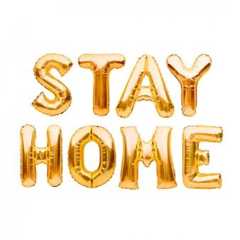 Mots restez maison en ballons gonflables dorés. quarantaine, protection contre le coronavirus ou l'épidémie de covid-19, campagne sur les réseaux sociaux pour la prévention du coronavirus