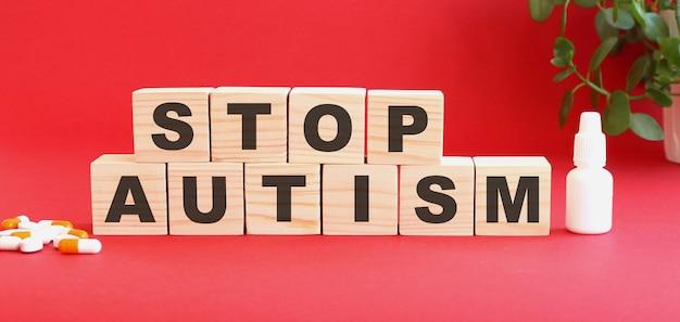 Les mots stop autism sont constitués de cubes en bois