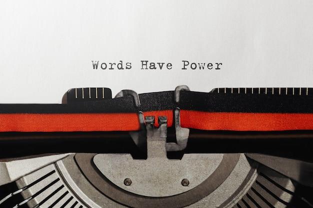 Les mots de texte ont le pouvoir tapé sur une machine à écrire rétro