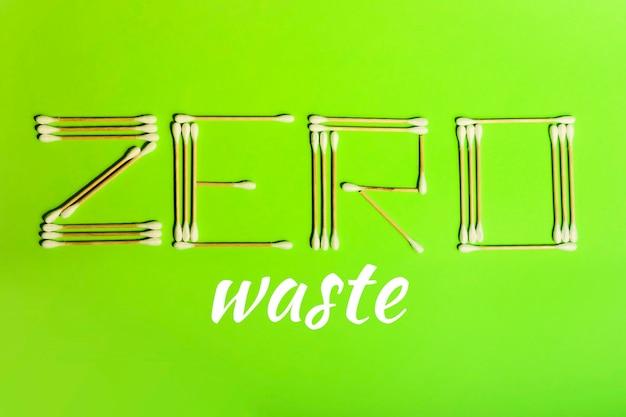 Mots zéro déchet des bâtonnets d'oreille en bois. cotons-tiges naturels pour le nettoyage des yeux. nuages de coton moelleux. le concept de problèmes environnementaux et de produits non plastiques. résoudre la pollution par les déchets plastiques.