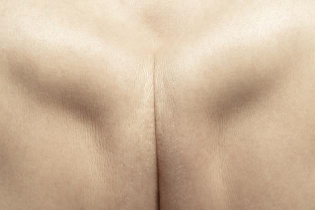 Mou, tendre. texture détaillée de la peau humaine. gros plan du corps de la jeune femme caucasienne.