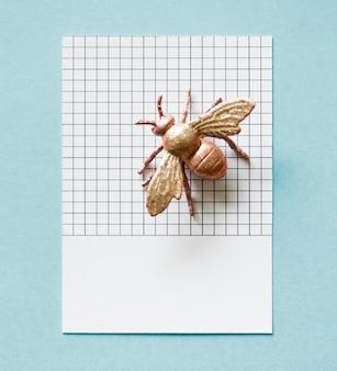 Mouche miniature colorée sur un papier