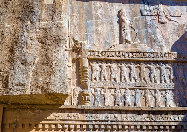 Moulage sur la tombe d'artaxerxès iii à persépolis, iran