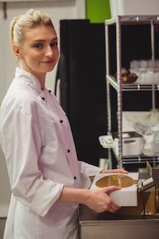 Moule de remplissage de travailleur avec du chocolat fondu