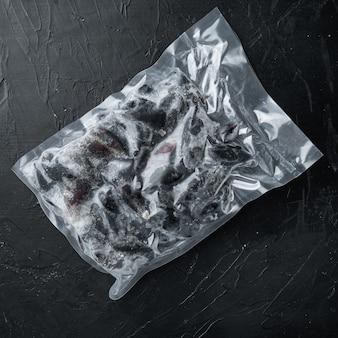 Moules congelées en écharpe, sur tableau noir, vue de dessus à plat