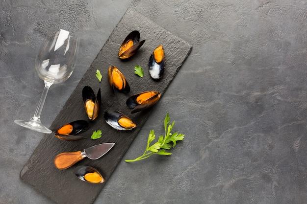 Moules cuites à plat sur une ardoise avec fond