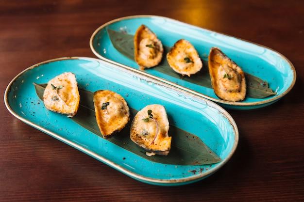 Moules douces et au goût doux dans une sauce au fromage parfumée avec de légères notes aiguës que le piment apporte au plat.
