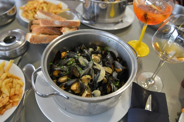 Moules avec frites et bière dans un restaurant français