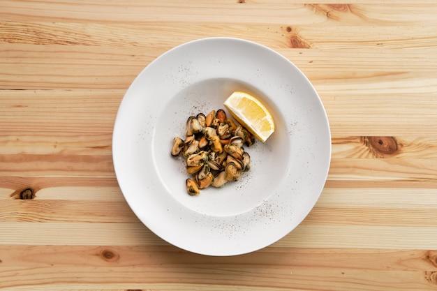 Moules marinées et tranche de citron