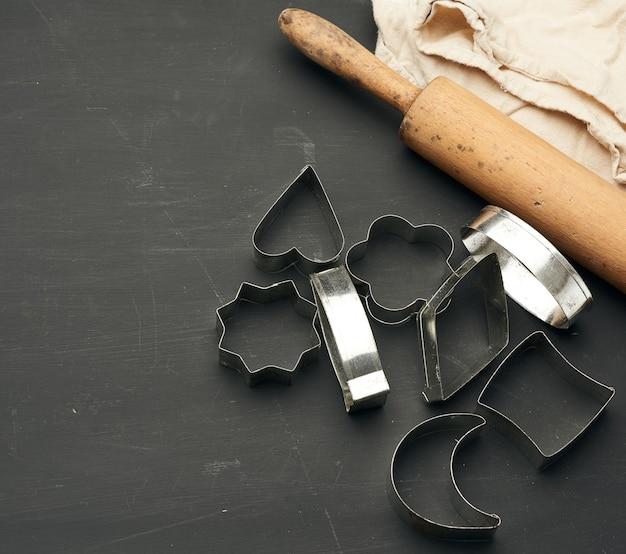 Moules métalliques pour la fabrication de biscuits et rouleau à pâtisserie en bois