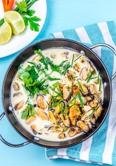Moules à la sauce au lait crémeuse aux herbes aromatiques et au citron.