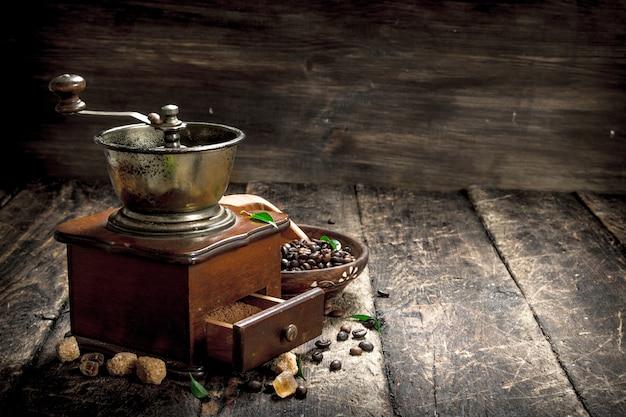 Moulin à café avec grains de café. sur un fond en bois.
