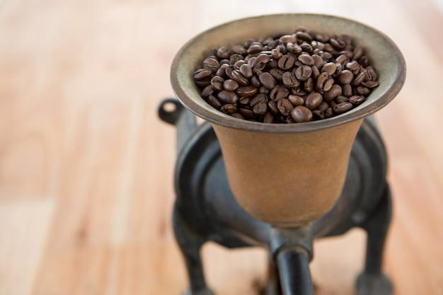 Moulin à café avec grains de café à l'intérieur