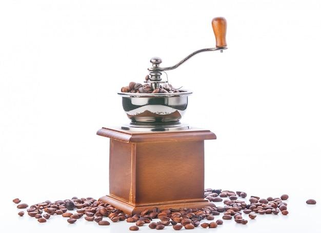 Moulin à café et grains de café isolés sur fond blanc