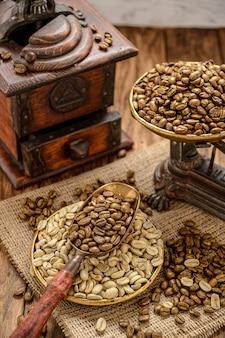 Moulin à café vintage et grains de café.