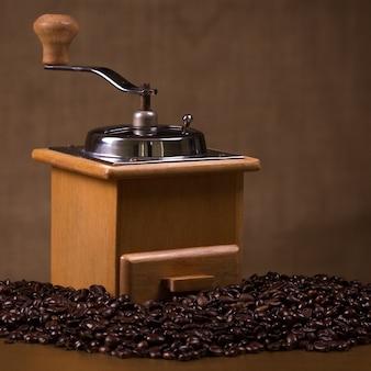 Moulin à café vintage avec grains de café