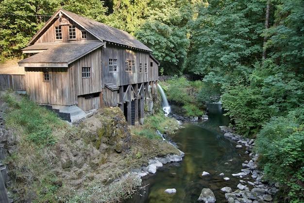 Moulin à grains historique le long de cedar creek