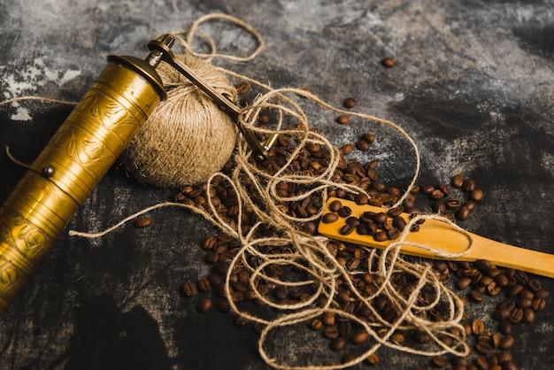 Moulin à gros plan et fil sur les grains de café