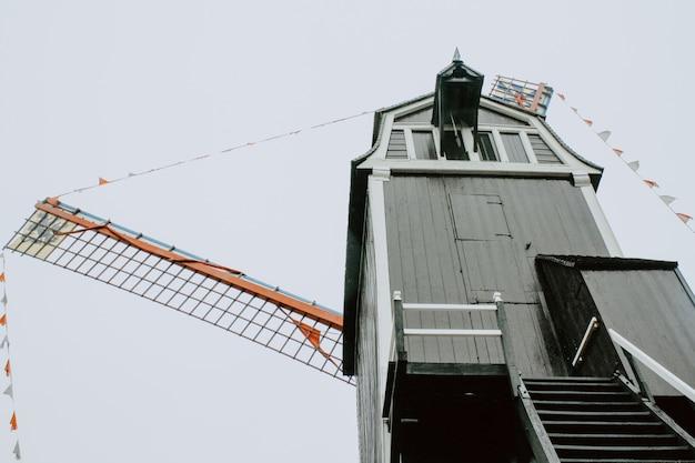 Moulin sombre un jour nuageux à bruges en belgique