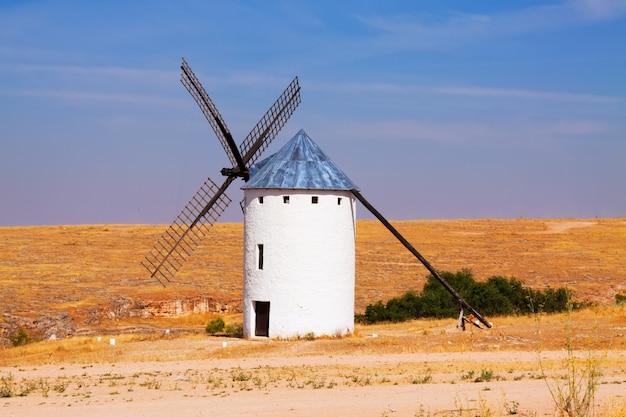 Moulin à vent dans le champ