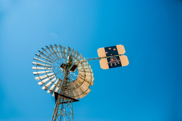 Le moulin à vent dans le paddock