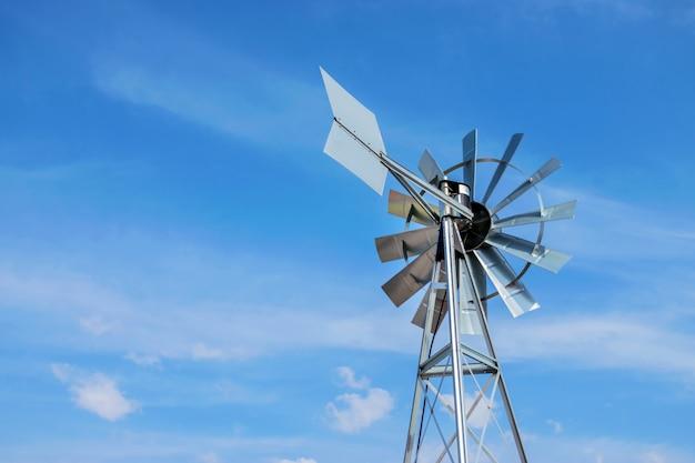 Moulin à vent gros plan d'un fond de ciel bleu