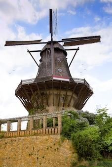 Moulin à vent historique dans le jardin du palais de sanssouci à potsdam