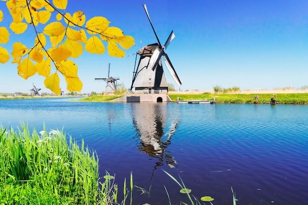 Moulin à vent hollandais au-dessus des eaux de rivière
